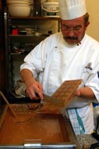 Chocostory-making-chocolates-Bruges-c-www_chocostory_be_-374x560