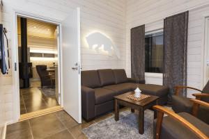 Living room, interconneting door